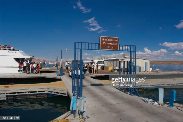 jachthaven van lake powell - powellmeer stockfoto's en -beelden