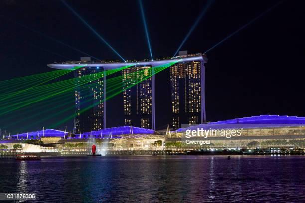 marina bay sands bij nacht - gwengoat stockfoto's en -beelden
