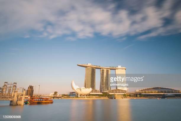 マリーナ ベイ サンズ ホテル シンガポール フライヤーとシンガポールのダブル ヘリックス ブリッジ - マリーナ湾 ストックフォトと画像