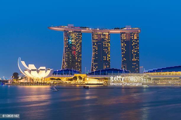 marina bay sands waterfront at night in singapore. - países del golfo fotografías e imágenes de stock