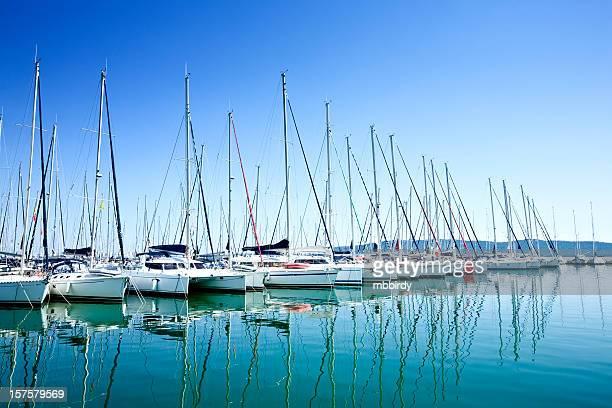 Marina bay mit Segelbooten
