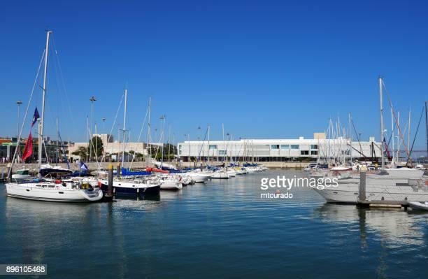 marina in belem, altis hotel im hintergrund - bom sucesso andocken, früher für wasserflugzeuge - lissabon, portugal - sucesso stock-fotos und bilder