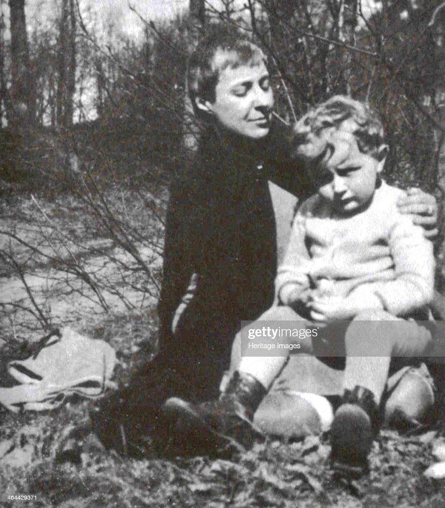 Marina Tsvetaeva with her son. Artist: Gronsky, Nikolay Pavlovich (1909-1934) : News Photo