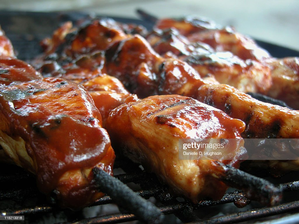 Marinated chicken kebabs on outdoor grill : Stock-Foto