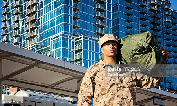 us marine soldier coming home - us marine corps stock pictures, royalty-free photos & images