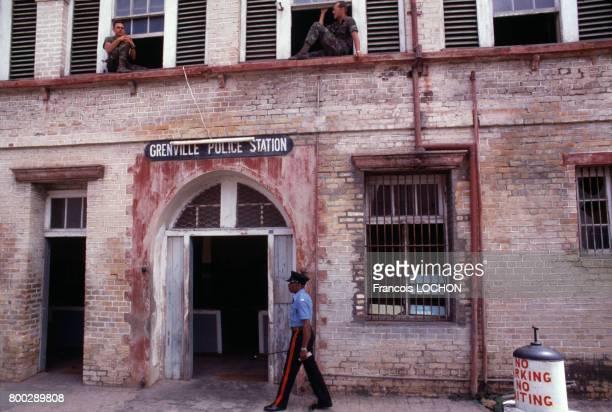 Marines américains dans une station de police en novembre 1983 en Grenade