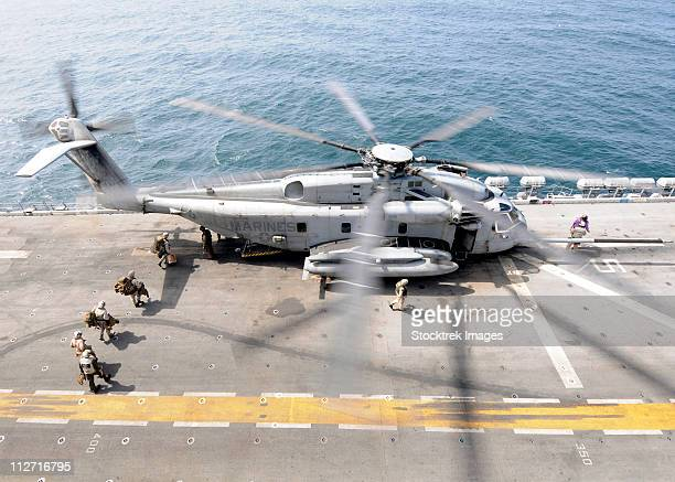 u.s. marines board an mh-53e sea dragon helicopter aboard the uss peleliu. - us marine corps stock pictures, royalty-free photos & images