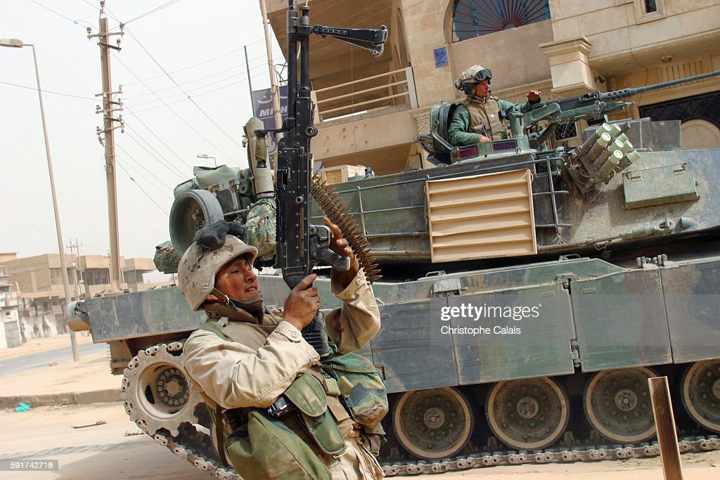 US Marines from the 3rd Batallion, 4th Regiment are the First Troops to Reach Baghdad's Centre : News Photo