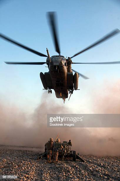u.s. marines preparing to attach an m777a2 lightweight howitzer to a ch-53e super stallion helicopte - military helicopter stock photos and pictures
