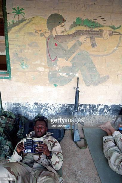 marines relax near al kut, iraq - joe raedle foto e immagini stock