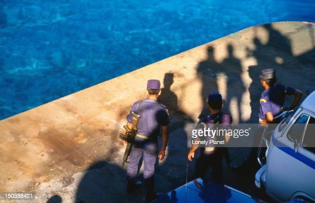 marines take the slow ferry to isla mujeres. - mujeres fotos stockfoto's en -beelden