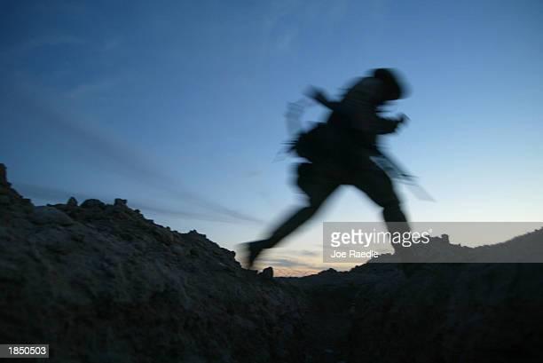 marines train in kuwait to prepare for war - joe raedle foto e immagini stock