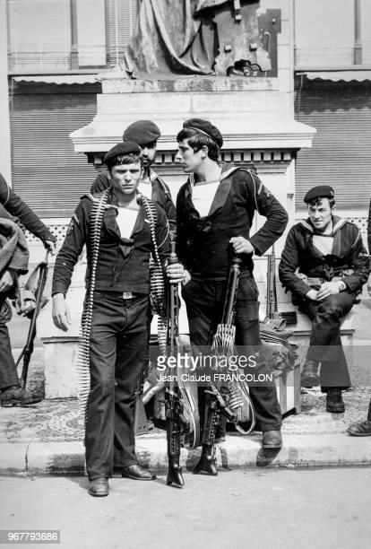 Marins de la marine portugaise armés de fusilmitrailleurs à Lisbonne lors de la révolution des oeillets le 25 avril 1974 Portugal