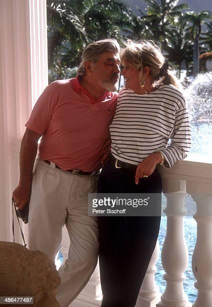 """Mario Adorf, Ehefrau Monique, am Rande der Dreharbeiten zur ZDF-Serie """"Insel der Träume"""", Folge 5, """"Blutsbrüder"""" am , Insel Hawaii, USA."""