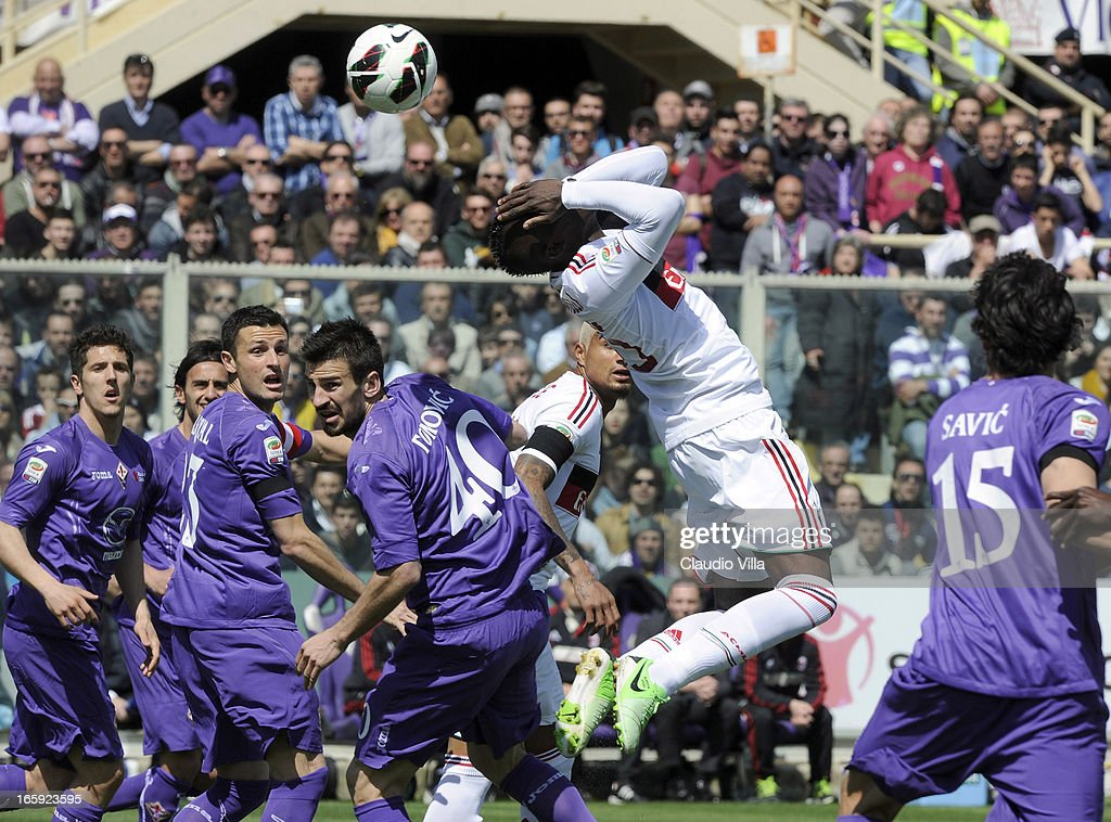 Mario Balotelli of AC Milan (C) in action during the Serie A match between ACF Fiorentina and AC Milan at Stadio Artemio Franchi on April 7, 2013 in Florence, Italy.