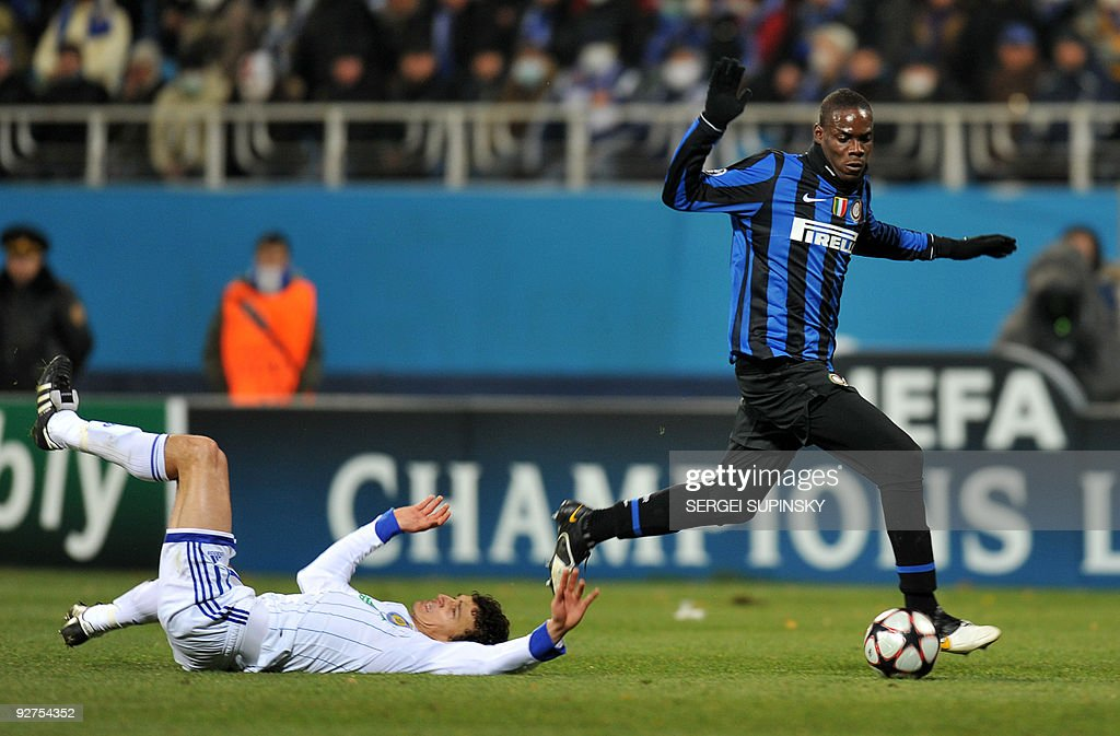 Mario Balotelli of FC Inter (R) fights for a ball with Roman Eremenko of Dynamo Kiev during a UEFA Champions League, Group F football match with FC Dynamo in Kiev on November 4, 2009. Milan won 2:1.