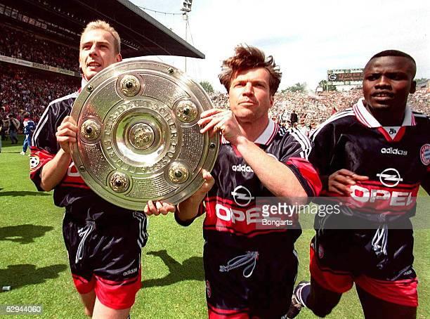 MEISTER 1997 Mario BASLER Lothar MATTHAEUS und Samuel KUFFOUR mit der Meisterschale