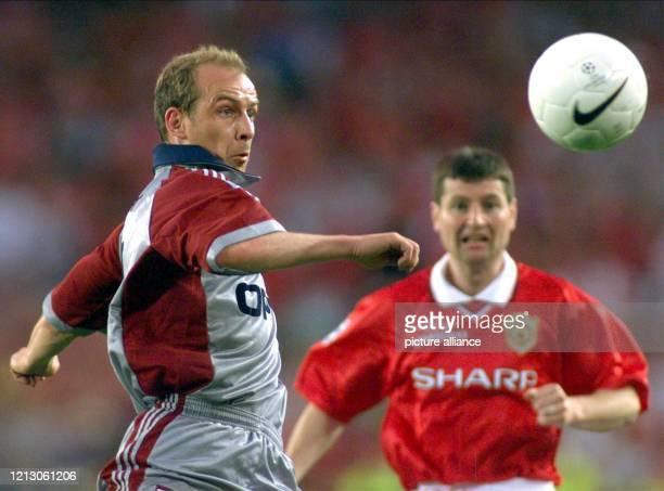 Mario Basler vom FC Bayern München und Dennis Irwin von Manchester United kämpfen am im Champions LeagueFinale in Barcelona um den Ball Buchstäblich...