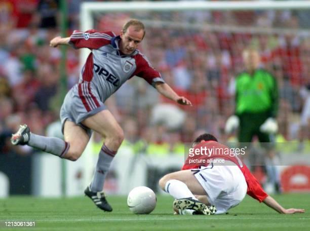 Mario Basler vom FC Bayern München und Ronny Johnsen von Manchester United kämpfen am im Champions LeagueFinale zwischen dem deutschen Rekordmeister...