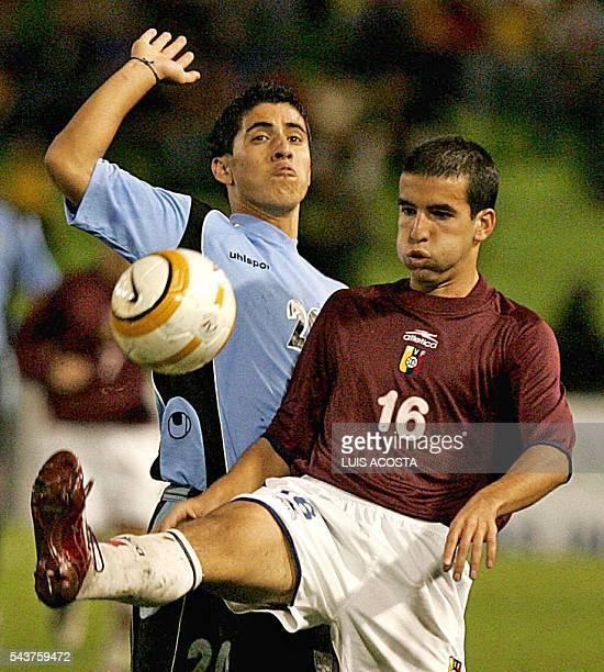 Mario Bosetti de Venezuela disputa el balon con Juan Albin de Uruguay durante el partido jugado en Armenia el 2 de febrero de 2005 por el campeonato...