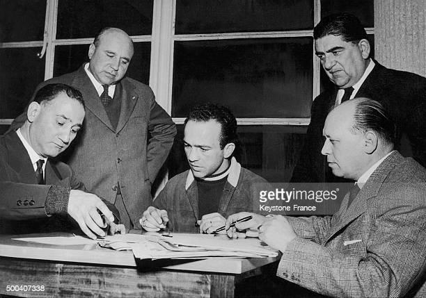 Mario d'Agata signe un contrat l'obligeant a defendre son titre contre le boxer francais Alfonso Halimi Benaim organisateur parisien du combat le...