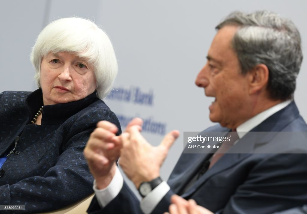 Mario Draghi (R), President of the European Central Bank (ECB), and US Federal Reserve chief Janet Yellen attend an ECB conference titled 'Communications Challenges for Policy Effectiveness' at the ECB headquarters in Frankfurt am Main, western Germany, on November 14, 2017. / AFP PHOTO / dpa / Arne Dedert / Germany OUT
