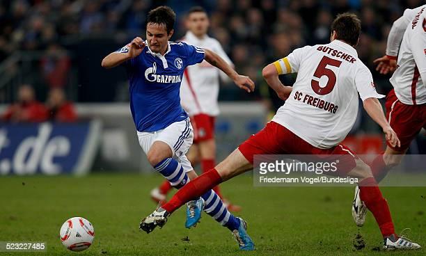 Mario Gavranovic von Schalke in aktion mit Heiko Butscher von Freiburg waehrend des Bundesligaspiels zwischen FC Schalke 04 und SC Freiburg in der...