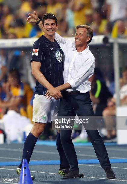 Mario Gomez and head coach Andries Jonker react after Gomez' substitution during the Bundesliga Playoff leg 2 match between Eintracht Braunschweig...