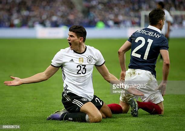 Mario Gomez , Laurent Koscielny Fussball Freundschaftsspiel : Frankreich - Deutschland Football friendly match national team France Germany