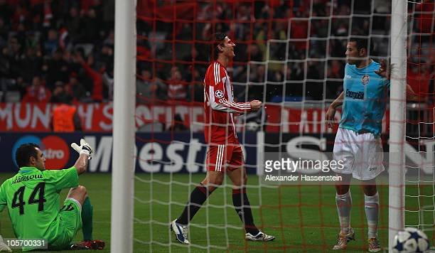 Mario Gomez of Bayern Muenchen celebrates scoring the 3rd team goal whilst Cadu of Cluj and his keeper Eduard Stancioiu looks dejected during the...