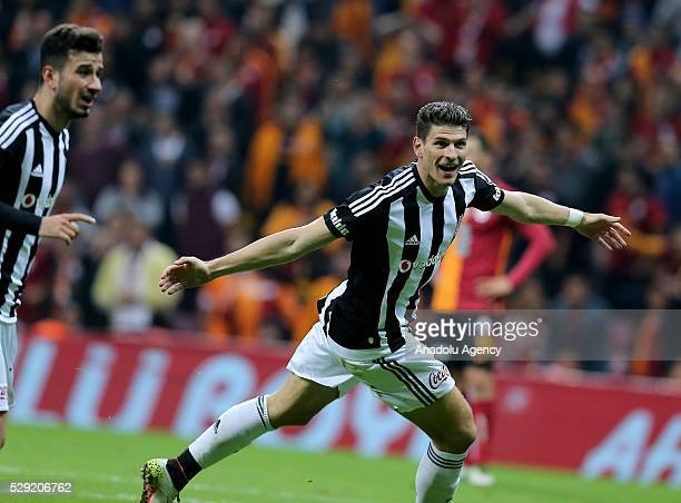 Mario Gomez of Besiktas celebrates scoring a goal with his teammates during the Turkish Spor Toto Super Lig football match between Galatasaray and...