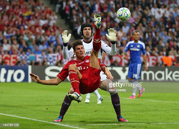 Mario Gomez of FC Bayern Muenchen makes an overhead kick against goalkeeper Petr Cech of Chelsea during UEFA Champions League Final between FC Bayern...