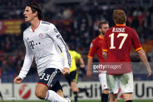 Mario Gomez of Muenchen celebrates his team's second goal as John Arne Riise of Roma reacts during the UEFA Champions League group E match between AS...