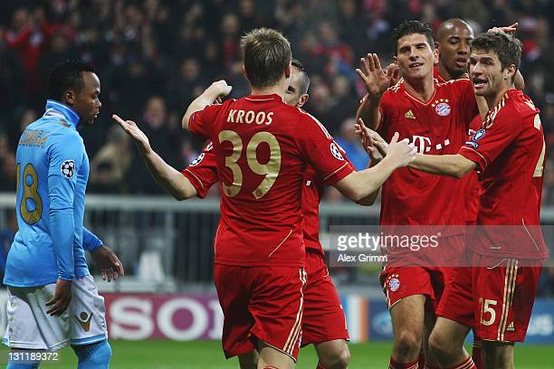 Mario Gomez of Muenchen celebrates his team's third goal with team mates Toni Kroos Franck Ribery Jerome Boateng and Thomas Mueller as Juan Zuniga of...