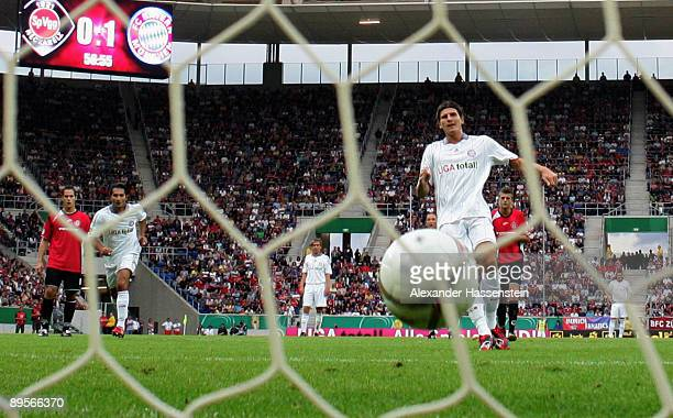 Mario Gomez of Muenchen scores the second goal with a penalty kick during the DFB Cup first round match between SpVgg Neckarelz and FC Bayern...