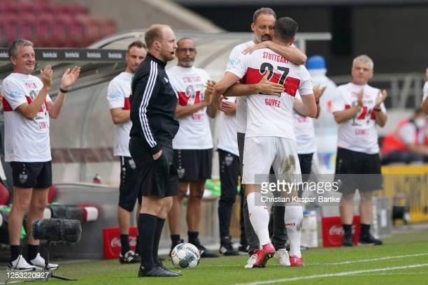 Mario Gomez of VfB Stuttgart is farewelled by Pellegrino Matarazzo, Head coach of VfB Stuttgart during the Second Bundesliga match between VfB...