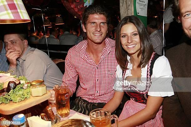 Mario Gomez Und Freundin Silvia Im Käfer Zelt Auf Dem Oktoberfest In München