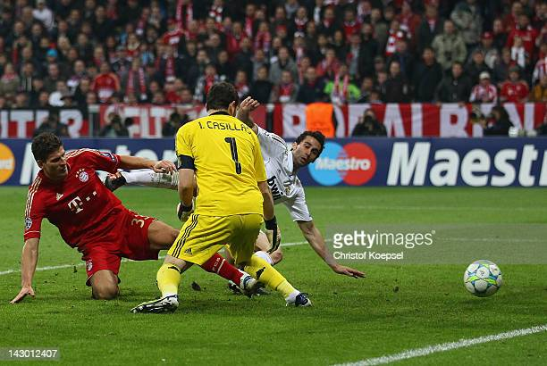 Mario Gomezof Bayern scores the second goal against Iker Casillas and Âlvaro Arbeloa of Real Madrid during the UEFA Champions League Semi Final first...
