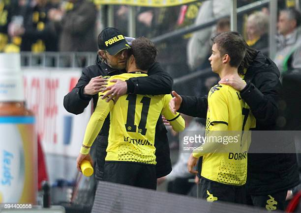 Mario Götze Goetze Borussia Dortmund bei seinem Comeback wird von Trainer Jürgen Juergen Klopp Borussia Dortmund bei der Einwechslung umarmt Borussia...