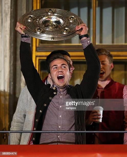 Mario Götze mit Meisterschale Meisterfeier auf dem Rathaus Balkon am Münchener Marienplatz FC Bayern München feiert die 24. Deutsche Meisterschaft...