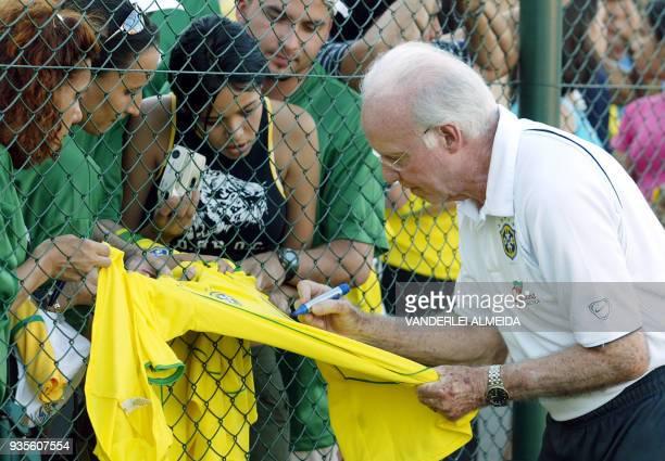 Mario Jorge Lobo Zagalo supervisor tecnico de la seleccion brasileña de futbol firma autografos en una camiseta del seleccionado de Brasil a...