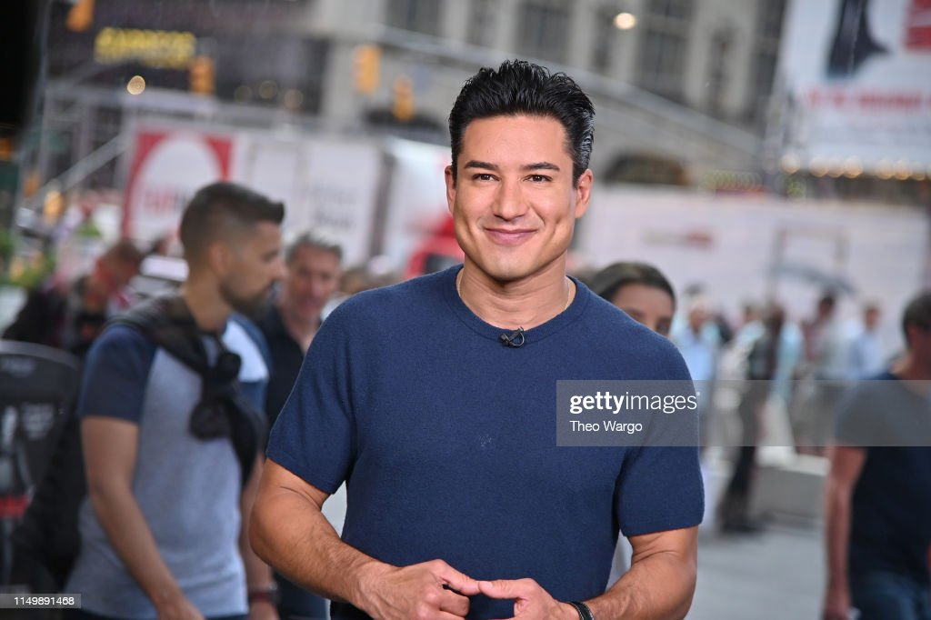 "Mario Lopez Tapes ""Extra""... : News Photo"