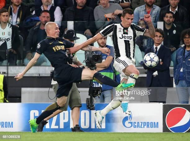 Mario Mandzukic of Juventus Andrea Raggi of Monaco during the UEFA Champions League semi final second leg match between Juventus Turin and AS Monaco...