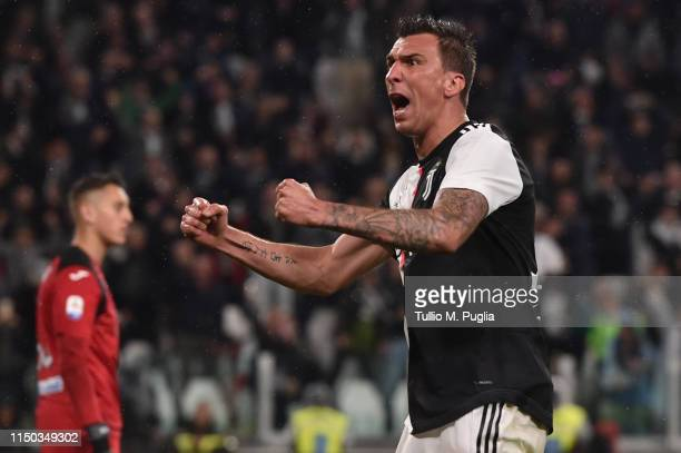 Mario Mandzukic of Juventus celebrates after scoring the equalizing goal during the Serie A match between Juventus and Atalanta BC on May 19, 2019 in...