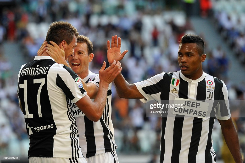 Mario Mandzukic (L) of Juventus celebrates with team mates after scoring the opening goal during the Serie A match between Juventus and Cagliari Calcio at Allianz Stadium on August 19, 2017 in Turin, Italy.