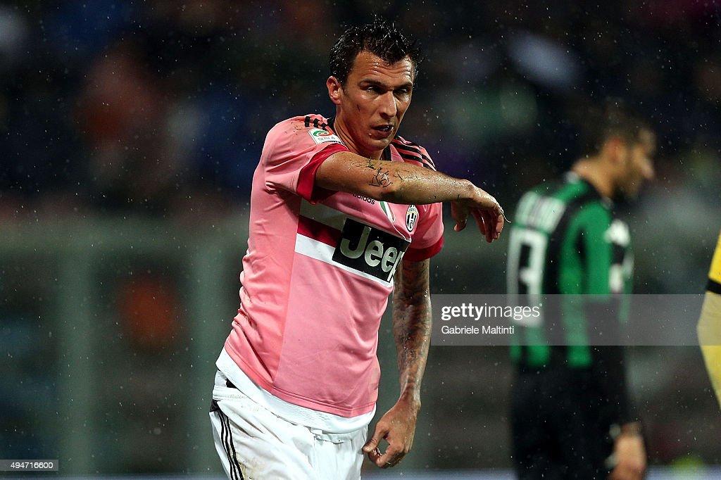 Mario Mandzukic of Juventus FC shows his dejection during the Serie A match between US Sassuolo Calcio and Juventus FC at Mapei Stadium - Città del Tricolore on October 28, 2015 in Reggio nell'Emilia, Italy.