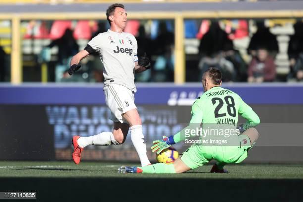 Mario Mandzukic of Juventus Lukasz Skorupski of Bologna FC during the Italian Serie A match between Bologna v Juventus at the Stadio Renato Dall'Ara...
