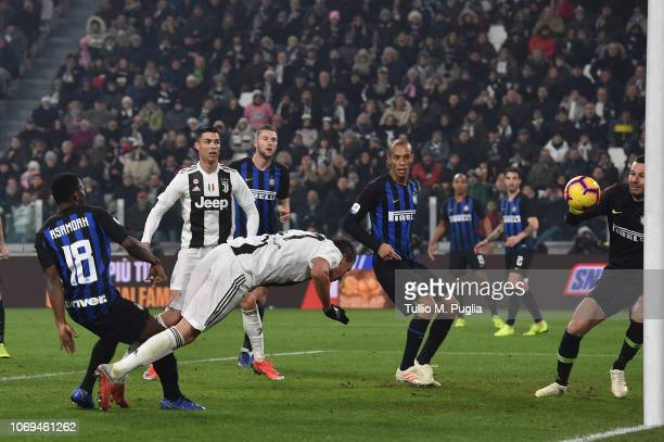 Mario Mandzukic of Juventus scores the opening goal during the Serie A match between Juventus and FC Internazionale at Allianz Stadium on December 7...