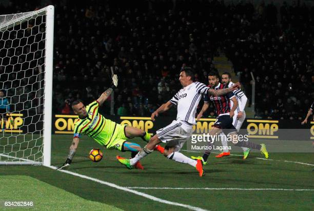 Mario Mandzukic of Juventus scores the opening goal during the Serie A match between FC Crotone and Juventus FC at Stadio Comunale Ezio Scida on...