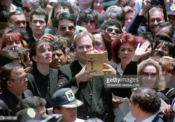 Mario Moreno Ivanova displays to the crowd 23 April 1993 the funerary urn containing the ashes of his father Mario Moreno known to the world as...